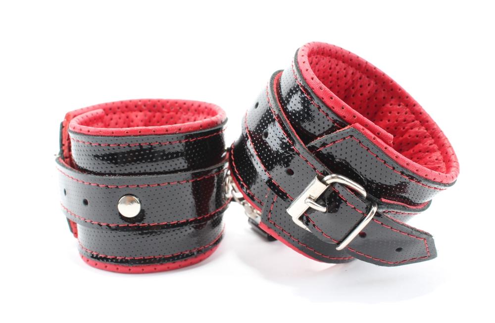 Наручники из кожи лак черно-красные 51029ars