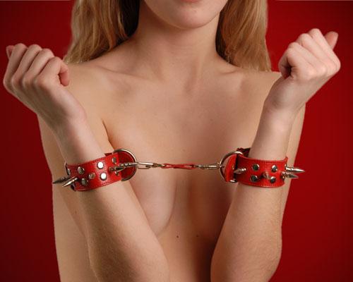 Наручники кожаные красные с шипами и заклепками 3056-2