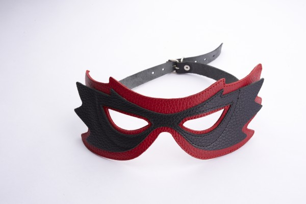 Маска на глаза с разрезами красная с черным 3085-21
