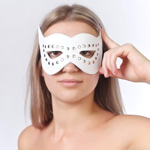 Маска на глаза с разрезами и заклепками белая
